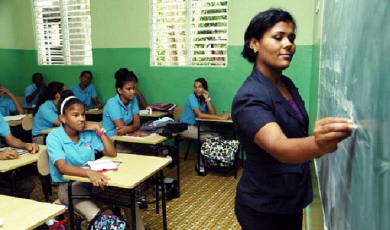 Maestra imparte docencia en una escuela de República Dominicana. (Foto: externa)