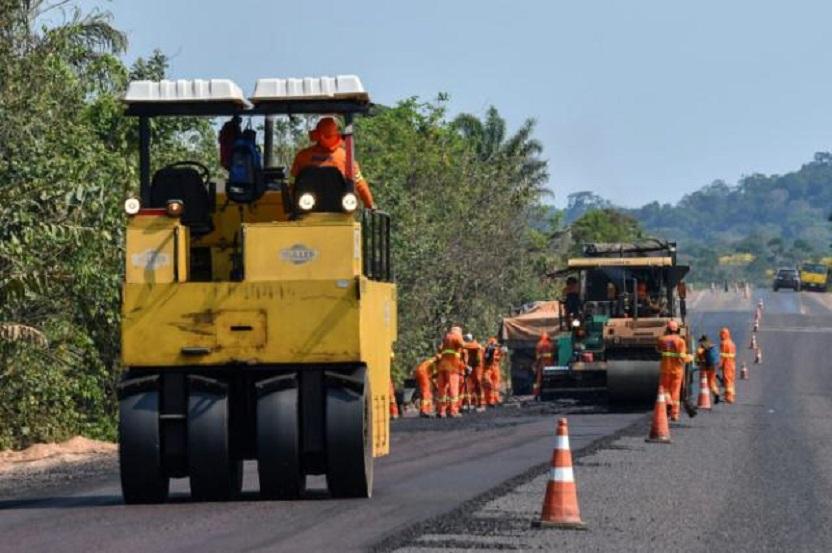Trabajadores pavimentan la carretera BR163 en el distrito de Moraes Almeida, Itaituba, estado de Pará, Brasil, en la Amazonía, 14 de septiembre de 2019.
