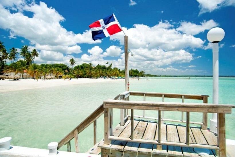 Playa de República Dominicana adornada con una bandera del país isleño. (Foto: externa)