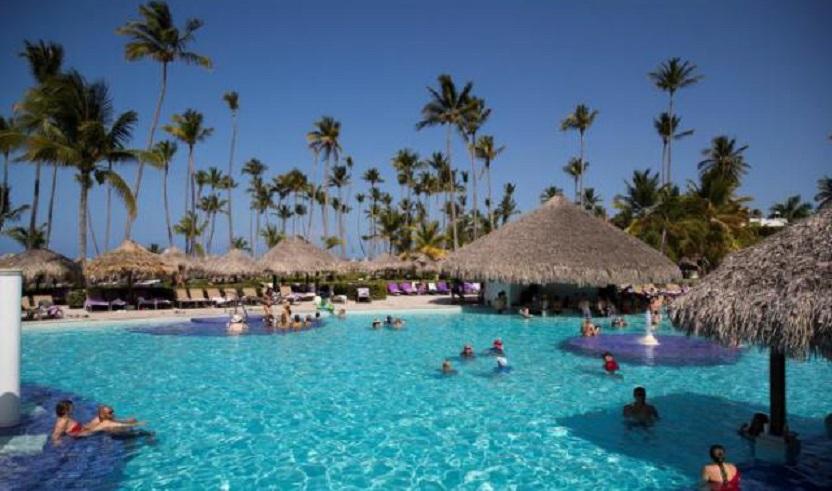 Turistas disfrutan de la estancia en un hotel en Punta Cana, República Dominicana. (Foto EFE/Orlando Barría)