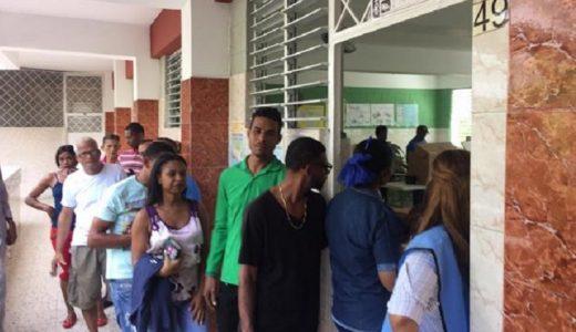 Personas hacen fila para ejercer su voto en primarias PLD y PRM.