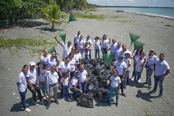 Recogen basuras en playas .(Foto externa)