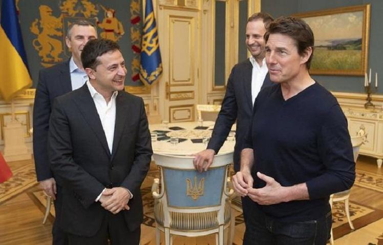 Presidente Volodymyr Zelenskiy conversa con Tom Cruise en Kiev, Ucrania. (Foto Oficina de Prensa Presidencial de Ucrania vía AP)