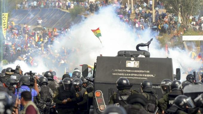 Policías y seguidores Evo Morales se enfrentan.