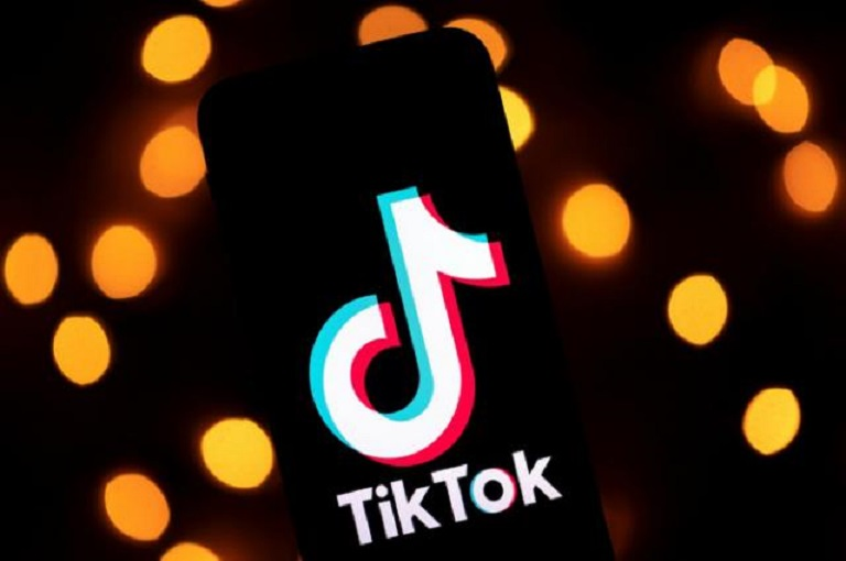 El logotipo de la aplicación de vídeos Tiktok, en la pantalla de una tableta.