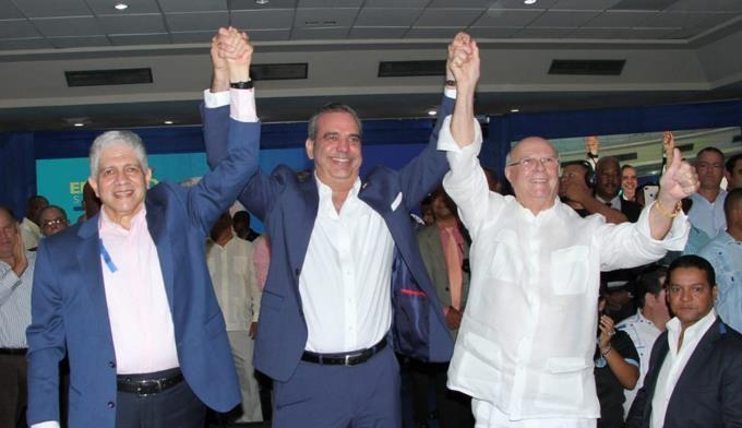 Eduardo Estrella, Luis Abinader e Hipólito Mejía ambos del partido de PRM.(Foot externa)