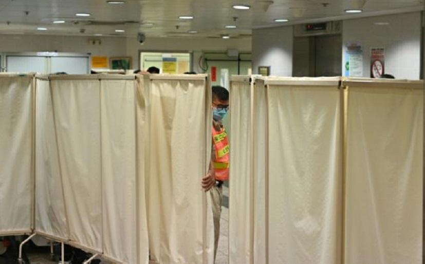 Un guardia de seguridad en la unidad de cuidados intensivos del hospital Queen Elizabeth de Hong Kong, el 8 de noviembre de 2019.