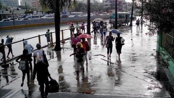 Personas caminado en medio de la lluvia.(Foto externa)