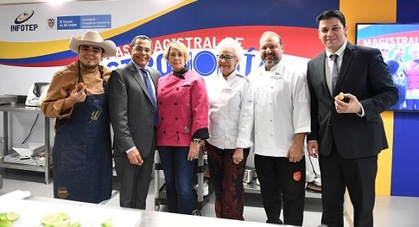 Director general del INFOTEP, Rafael Ovalles y Daniel Cabrales, embajador de Colombia, acompañados de chefs Yulián Téllez, Elisa de León, Esperanza de Ligthow y Leandro Díaz.(Foto externa)
