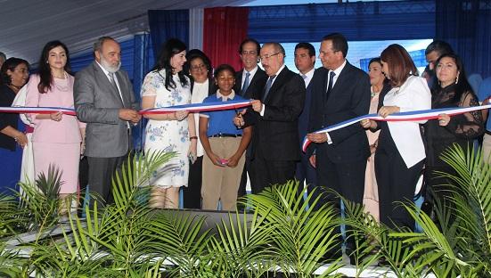 Presidente Danilo Medina junto a director del MINERD y la OISOE en inauguración de centro educativo .(Foto externa)