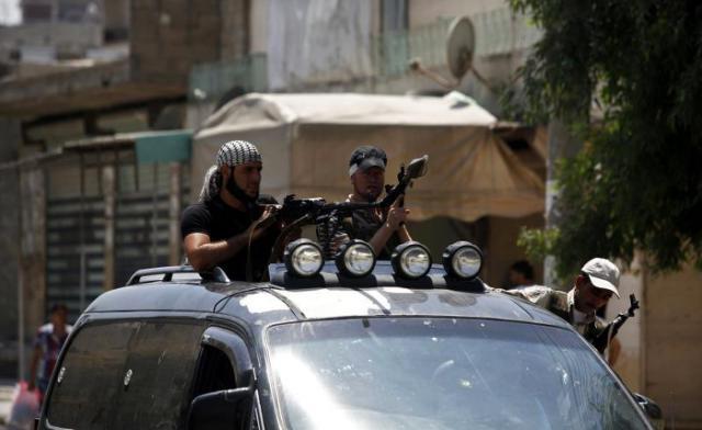 Rebeldes sirios de patrulla por las calles de Azaz, en Siria. EFE/Archivo