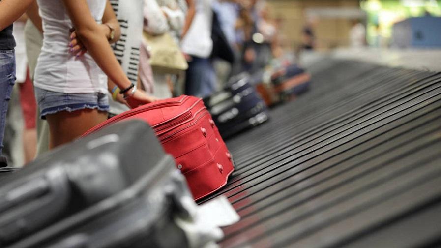 Cinta transporta equipajes en aeropuerto.