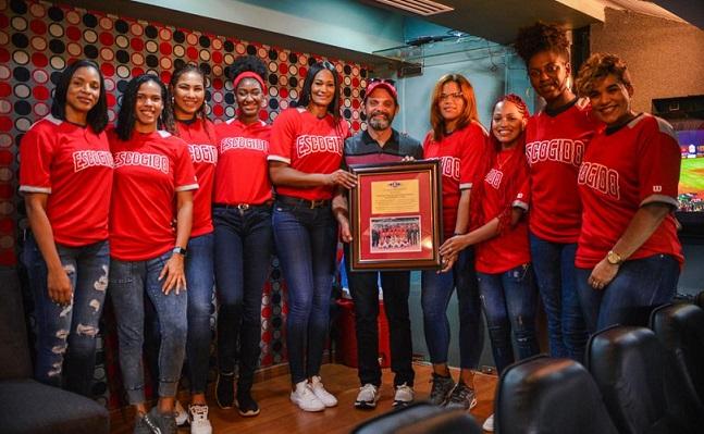 Reinas del Caribe recibiendo reconocimiento por el Escogido.(Foto externa)