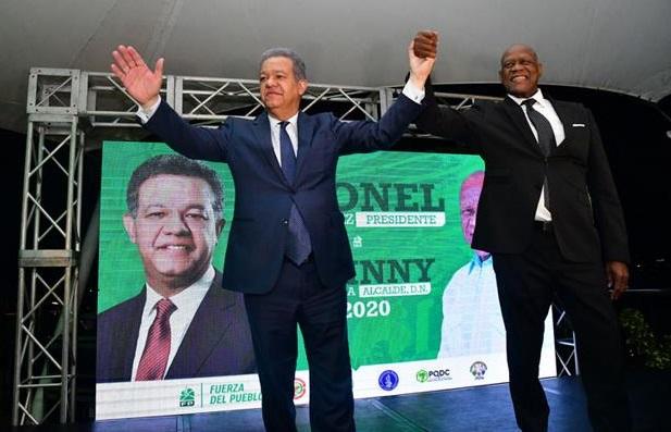 Leonel Fernández y Johnny Ventura en actividad política.(Foto externa)