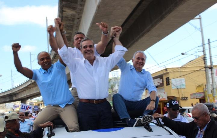 Luis Abinader junto a Ramón Duran, El Gringo y Francisco Fernández en actividad política en Villa Mella.(Foto externa)