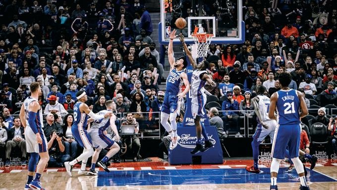 Ben Simmons, de Filadelfia, se eleva en busca de un canasto ante la defensa de Tony Snell, de los Pistons, durante el partido de anoche en el baloncesto de la NBA.(Foto externa)