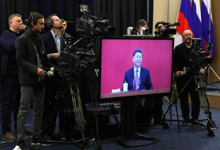 Una pantalla muestra al presidente chino Xi Jinping en la ceremonia de inauguración del gasoducto siberiano. (Foto: EFE/EPA/MICHAEL KLIMENTYEV / SPUTNIK / KREMLIN POOL)