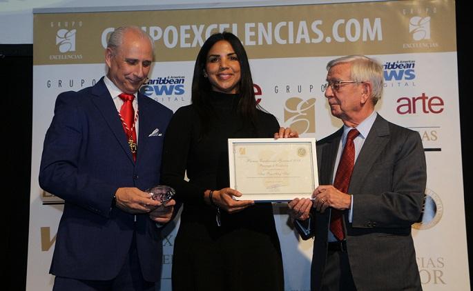 Chfe Tita recibe el premio de manos de José Carlos de Santiago presidente de Grupo Excelencias y D. Rafael Ansón presidente de la Real Academia de Gastronomía Española. (Foto: externa)
