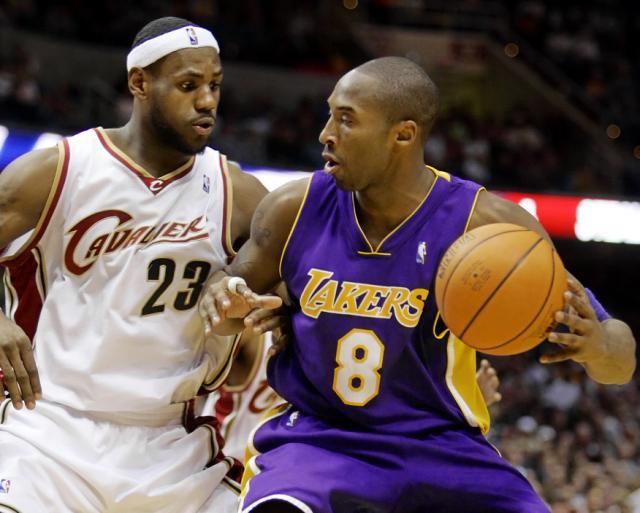 LeBron James y Kobe Bryant, durante un partido entre los Cavaliers y los Lakers en 2006. (Foto: Mark Duncan / AP).
