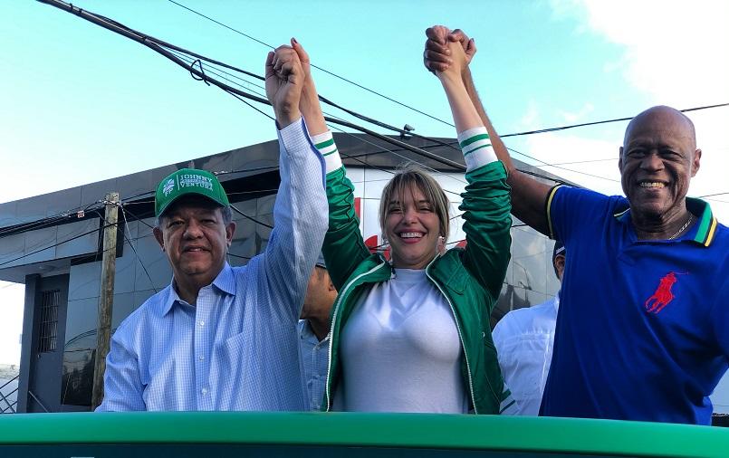 Leonel Fernández, Hony Estrella y Johnny Ventura durante caravana proselitista. (Foto: Fuerza del Pueblo)