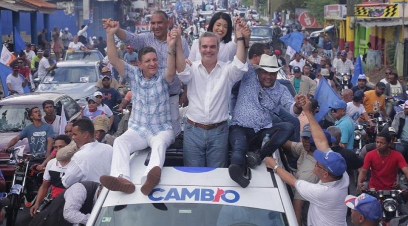 El candidato presidencial del PRM, Luis Abinader, al encabezar marcha-caravana en la provincia de Monseñor Nouel.(Foto: externa)