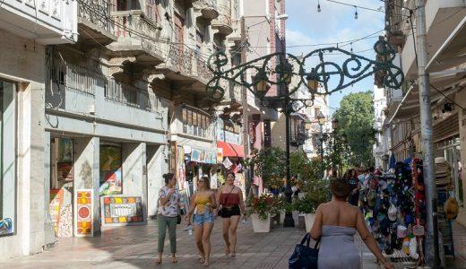 Turistas y lugareños convergen en la calle El Conde, bordeada de boutiques, restaurantes y vendedores de arte y joyas hechas a mano.(Foto: Ricardo Piantini para The New York Times)