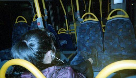 Sunny ya no tiene que pasar las noches en los autobuses, pero continúa documentando la vida en ellos.