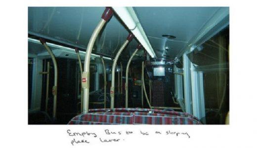 """""""Un autobús vacío es un sitio para dormir más tarde"""", dice una foto que tomó Sunny."""