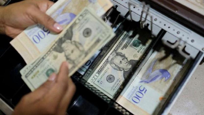 Los expertos creen que ya hay más dólares que bolívares en el país.