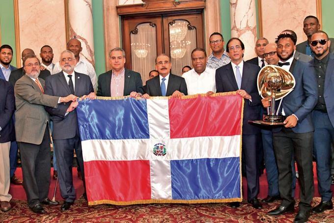 El presidente Danilo Medina entregó la Bandera Nacional a los integrantes y directivos del equipo de béisbol de Los Toros del Este, campeones del torneo otoño-invernal 2019-2020. (Foto: externa)