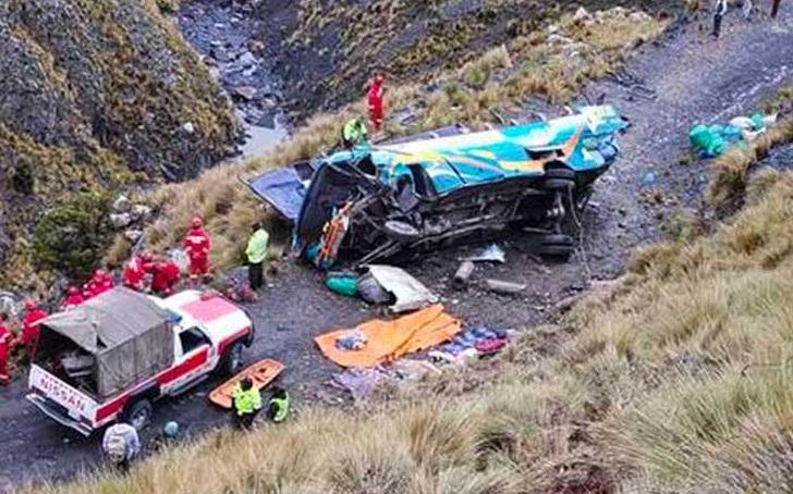 Autobús de pasajeros cae por barranco en Bolivia.