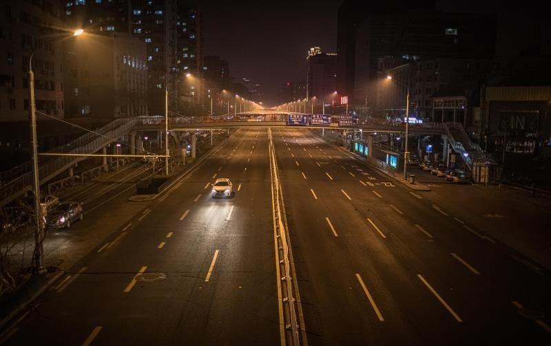 Un coche conduce por una carretera vacía en Pekín. (Foto: EFE/Epa/Roman Pilipey)