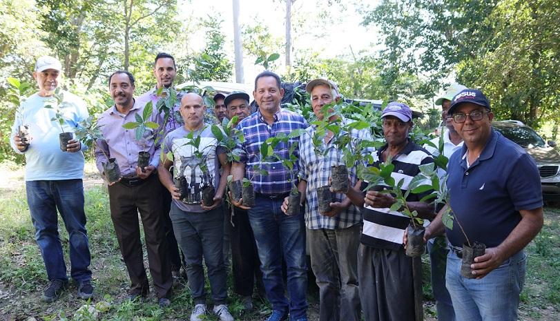 Miguel Bejaran director de la DGDF, encabeza entrega de plantas a los caficultores de la Asociación de Caficultores de Loma de Solimán, en Montecristi. (Foto: externa)