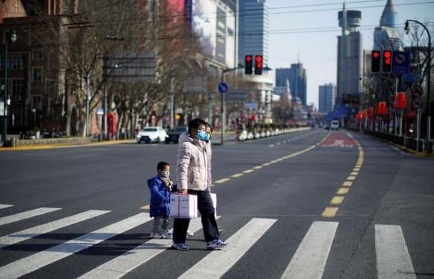 Personas con mascarillas en una zona comercial principal, en el centro de Shangai, China, mientras el país es golpeado por un brote de coronavirus, el 16 de febrero de 2020. (Foto: externa)