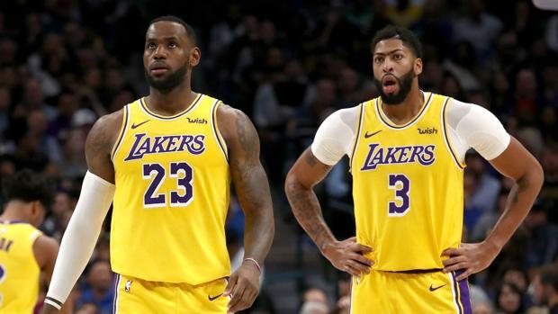 LeBron James y Anthony Davis jugadores de los Lakers.