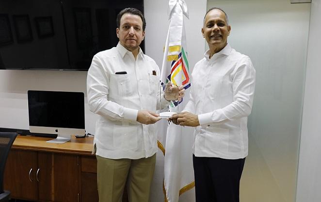 Armando García director general de la OPTIC entrega reconocimiento a José Alejandro Aybar director de UNICARIBE. (Foto: externa)