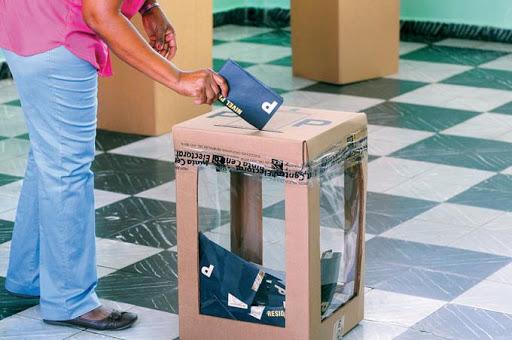 Persona ejerce el sufragio durante elecciones.