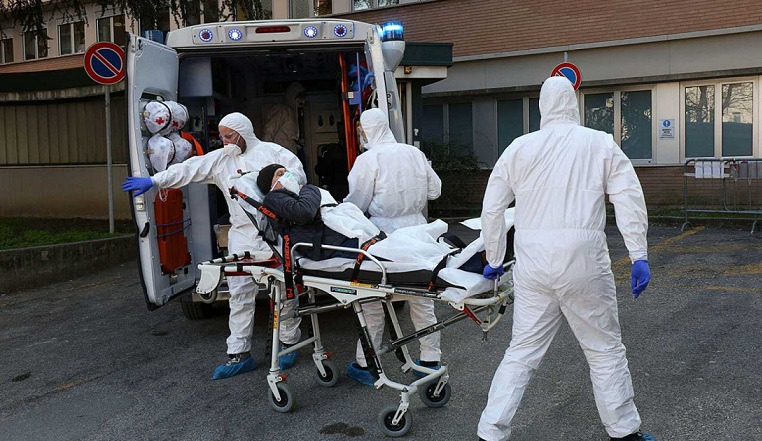 Los equipos sanitarios italianos trasladan a un posible enfermo de coronavirus en Padua. (Foto: EFE/EPA/Nicola Fossella)