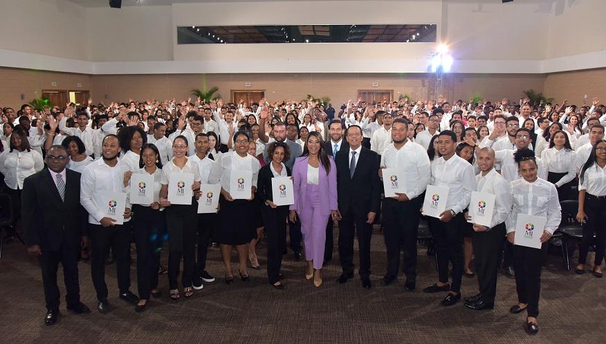 Ministerios de Educción y de la Juventud entregan becas a estudiantes meritorios. (Foto: externa)