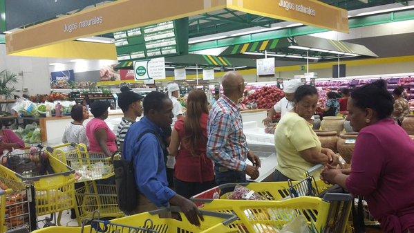 Abarrotan supermercados por amenaza coronavirus RD.