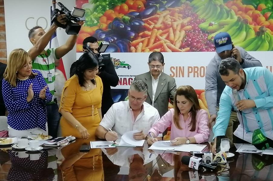 Carolina Mejía y CONFENAGRO suscriben acuerdo.