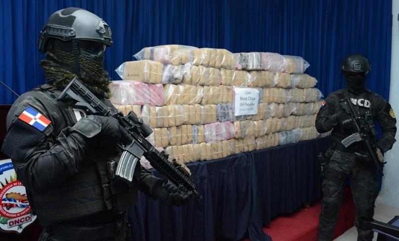 Agentes de la Dirección Nacional de Control de Drogas, custodiando 264 paquetes de cocaína. (Foto: externa)