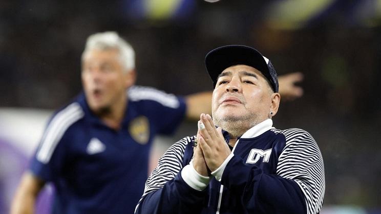 Diego Maradona exfutbolista argentino es ovacionado por los aficionados de Boca Juniors en la Bombonera durante un partido de la Superliga ante Gimnasia y Esgrima La Plata en Buenos Aires el 7/03/2020. (Foto: AFP)