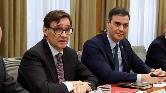 El presidente del Gobierno, Pedro Sánchez, acompañado por el ministro de Sanidad, Salvador Illa (i), preside la reunión de seguimiento del coronavirus celebrada el pasado lunes en la sede del Ministerio de Sanidad. (Foto: EFE)