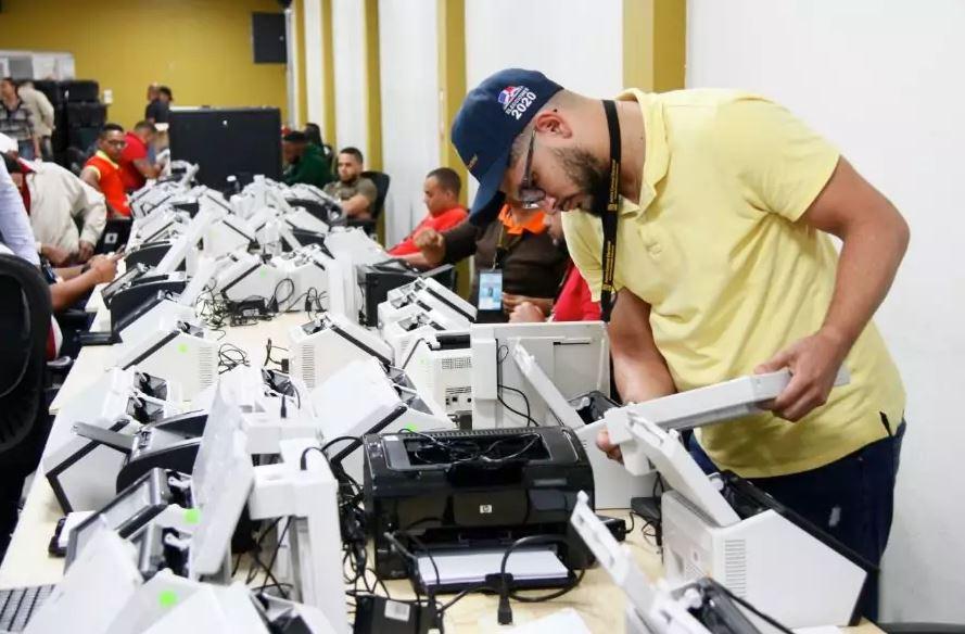 JCE inicia proceso clonación de escáneres para elecciones municipales.
