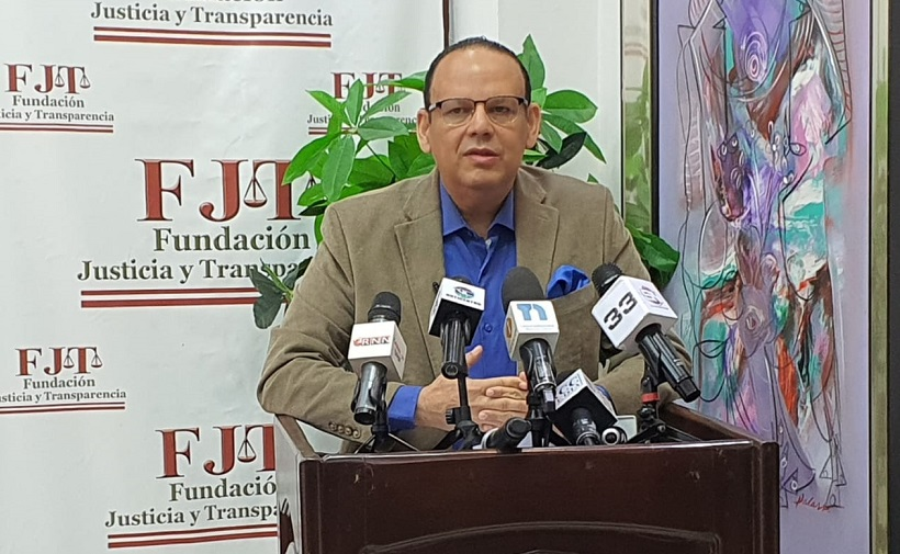 Trajano Potentini presidente de la Fundación de Justicia y Transparencia, durante una conferencia de prensa. (Foto: externa)