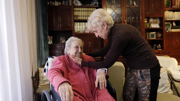 Una mujer acaricia a su madre, solicitante de una ayuda de dependencia. (Foto: ABC)