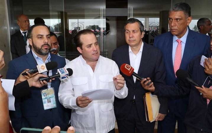 José Paliza presidente del PRM, Orlando Jorge Mera delegado político y el dirigente Jesús Vásquez. (Foto: externa)