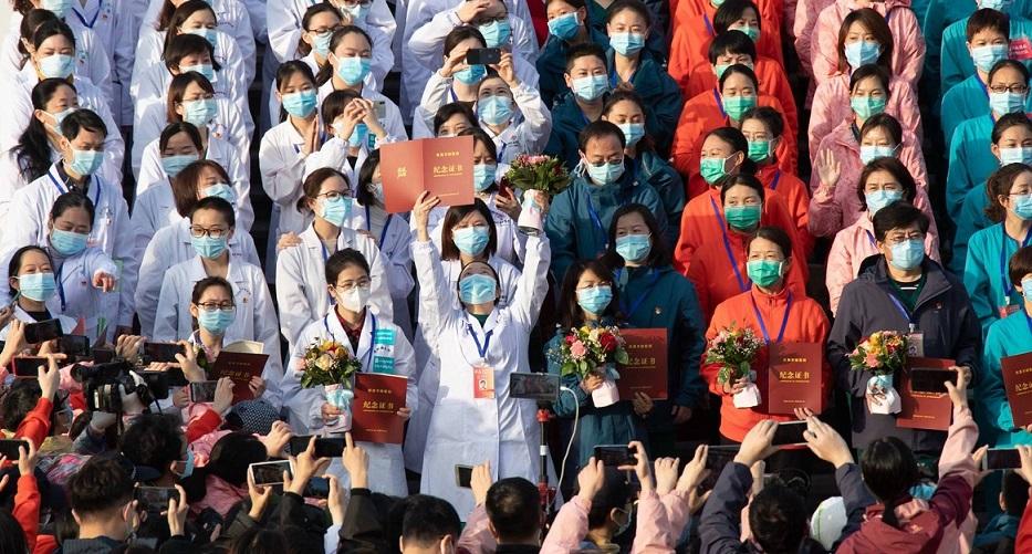 Trabajadores de uno de los nuevos hospitales construidos en China, que cerrará tras la bajada de casos. (Foto: EFE)