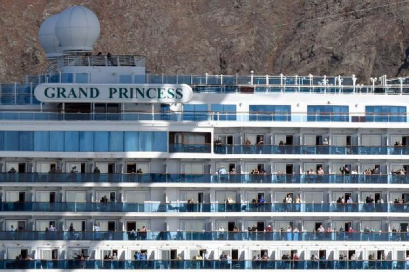 El crucero Grand Princess, con pasajeros que dieron positivo para coronavirus, pasa el puente Golden Gate en San Francisco, California, EEUU.